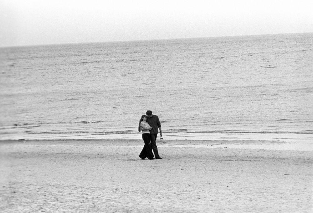 Влюбленная пара на побережье рыболовецкого колхоза Банга, Латвийская ССР, 1974 год