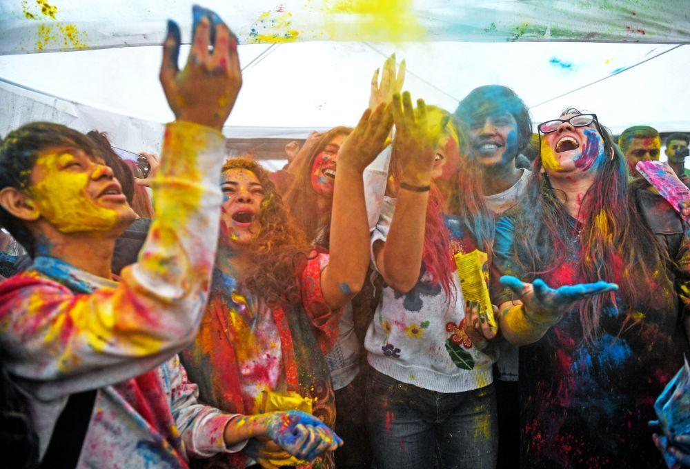 Uczestnicy festiwalu kolorów Holi Mela w Moskwie