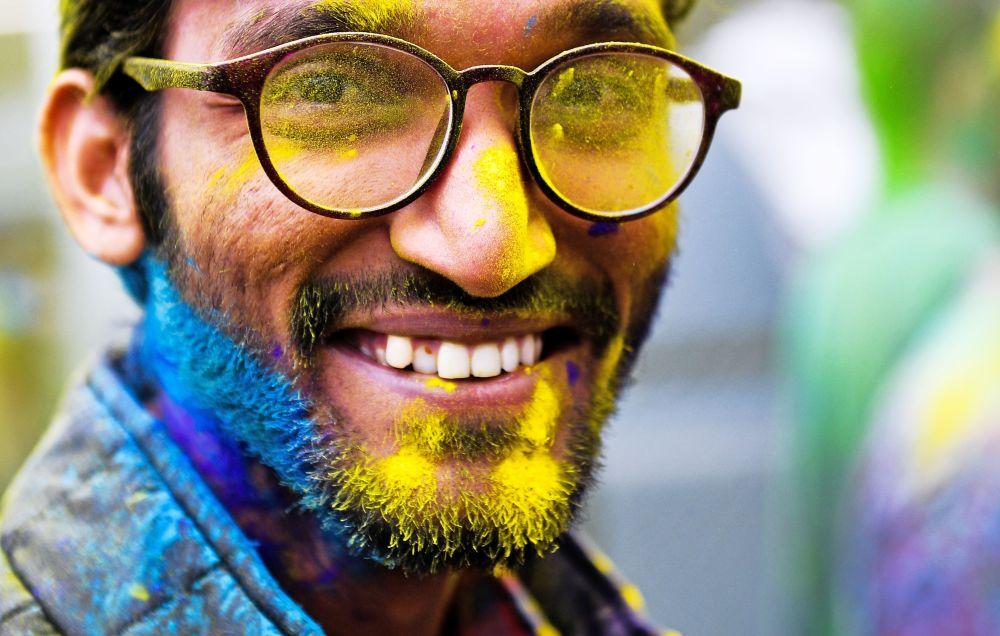 Uczestnik festiwalu kolorów Holi Mela w Moskwie