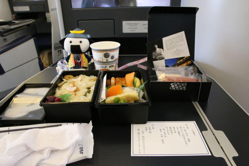 Posiłek na pokładzie samolotu Boeing 777-381(ER) japońskich linii lotniczych All Nippon Airways