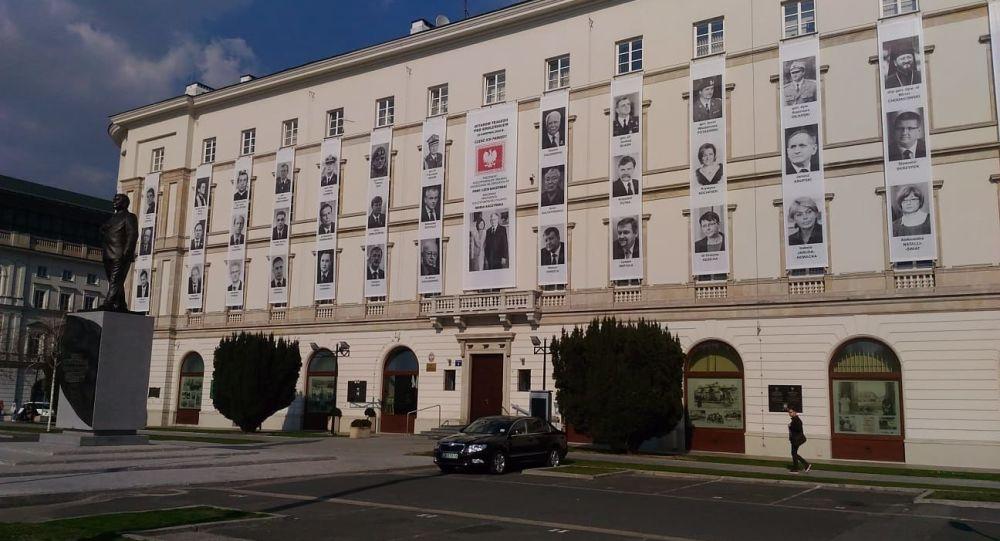 Zdjęcia ofiar katastrofy smoleńskiej na budynku Dowództwa Garnizonu