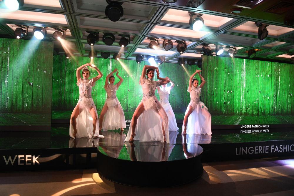Defilada podczas pokazu bielizny, strojów kąpielowych i odzieży domowej Lingerie Fashion Week