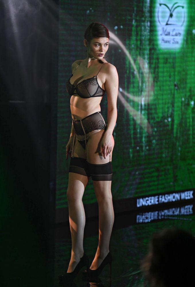 Modelka prezentuje bieliznę podczas pokazu Lingerie Fashion Week