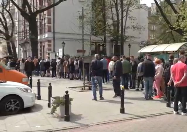 Kolejka przed ambasadą Ukrainy w Warszawie