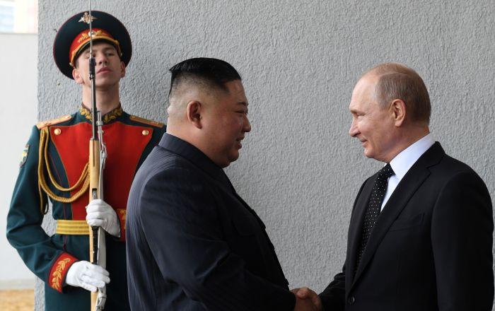 Lider KRLD Kim Dzong Un i prezydent Rosji Władimir Putin podczas spotkania w kampusie Federalnego Uniwersytetu Dalekowschodniego we Władywostoku