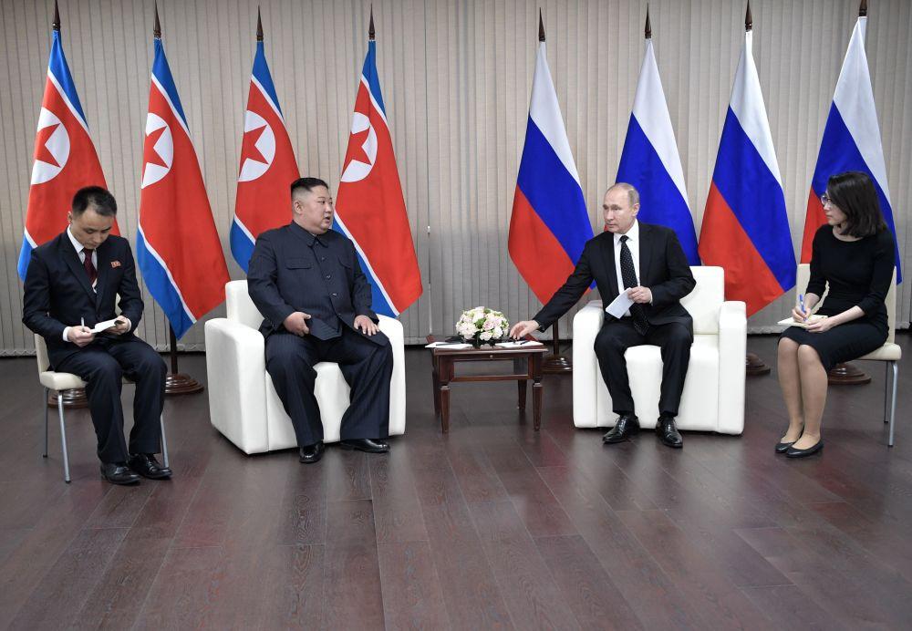 Lider KRLD Kim Dzong Un podczas spotkania z Władimirem Putinem w kampusie Federalnego Uniwersytetu Dalekowschodniego we Władywostoku