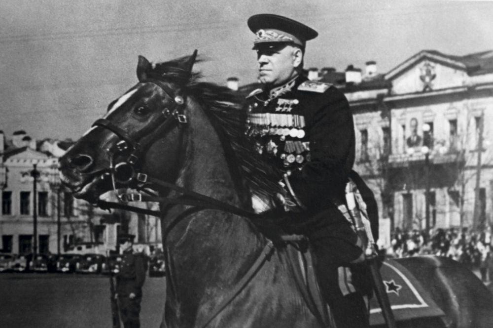 Gieorgij Konstantinowicz Żukow na Placu 1905 roku w  Swierdłowsku