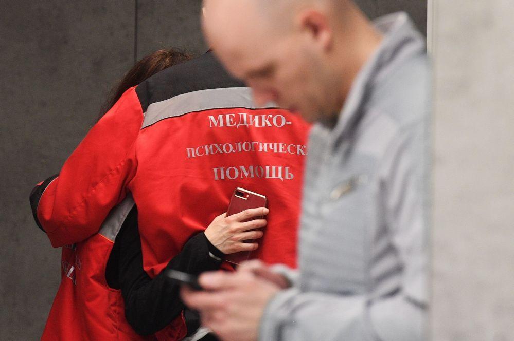 Pracownicy medyczni, udzielający pomocy psychologicznej na lotnisku Szeremietiewo w Moskwie