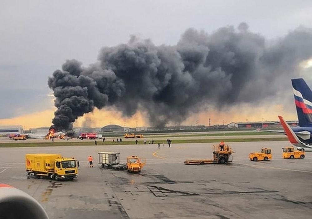 Pożar na pokładzie samolotu Superjet 100 na lotnisku Szeremietiewo w Moskwie