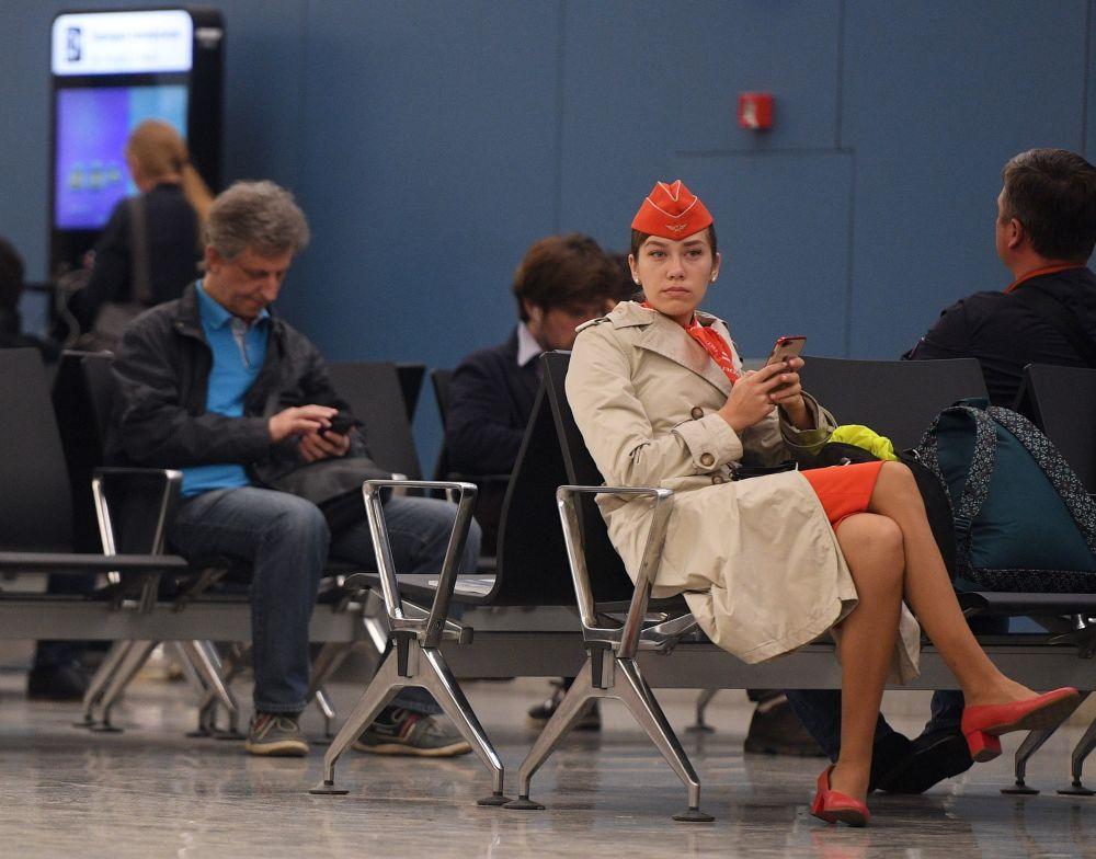 Pasażerowie i załoga samolotu na lotnisku Szeremietiewo w Moskwie