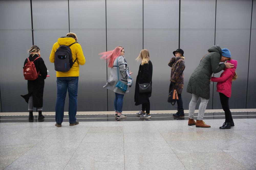 Pasażerowie na stacji moskiewskiego metra Ramenki, 2019 rok