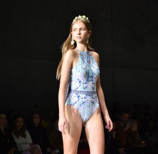 Modelka prezentuje stój kąpielowy podczas Tygodnia Mody w Sydney