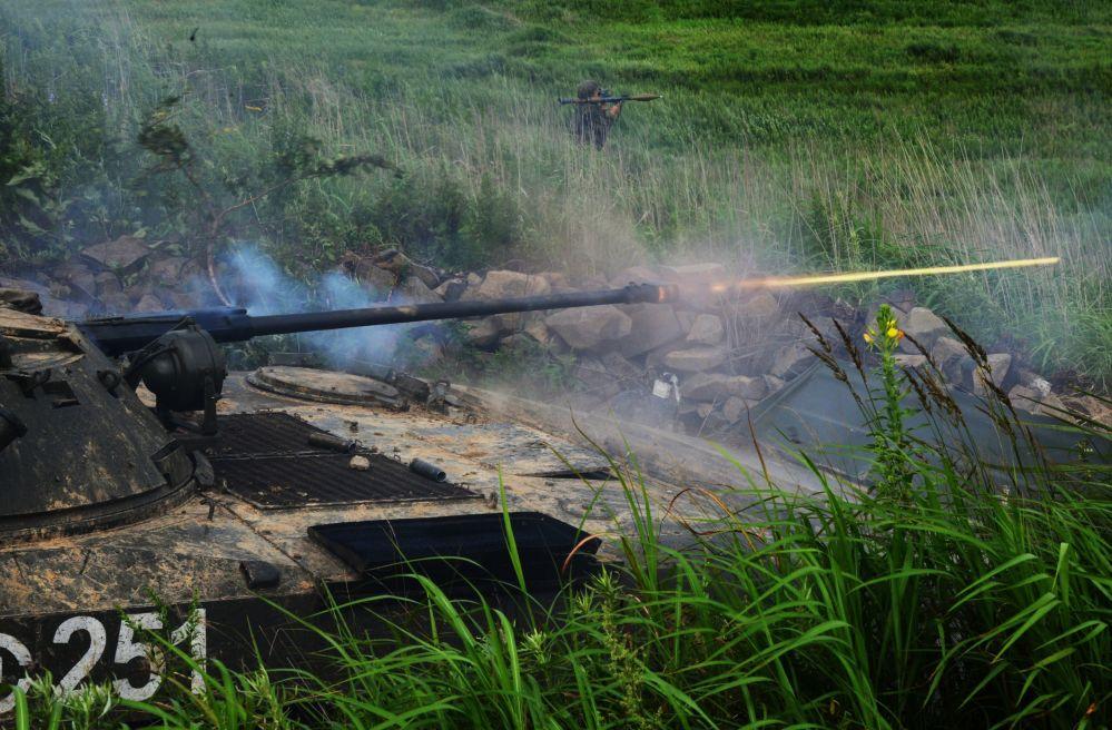 Bojowy wóz piechoty BMP-2 i żołnierz z granatnikiem podczas ćwiczeń taktycznych, 2018 rok