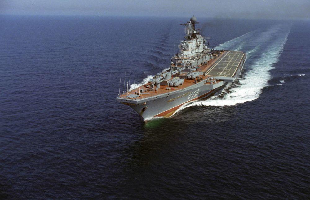 """Krążownik przeciwlotniczy """"Noworosyjsk"""" podczas szkolenia, 1985 rok"""