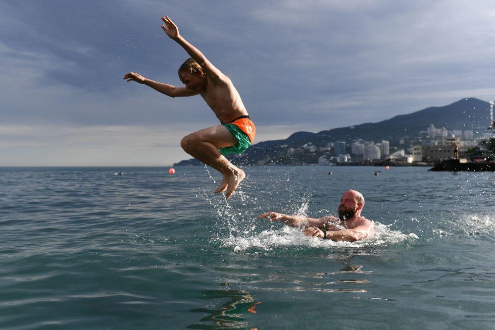 Wczasowicze kąpią się w Morzu Czarnym w Jałcie