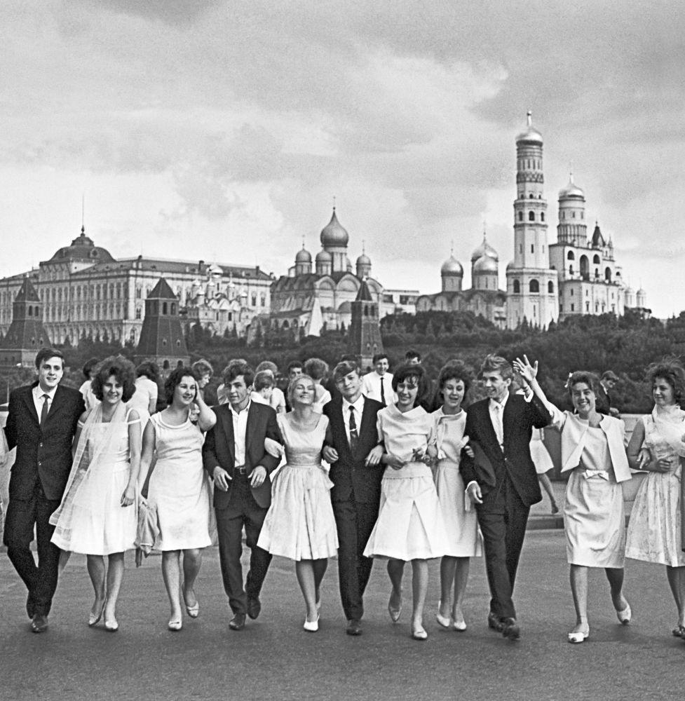 Absolwenci moskiewskich szkół spacerują na Placu Czerwonym po otrzymaniu świadectwa dojrzałości, 1964 rok