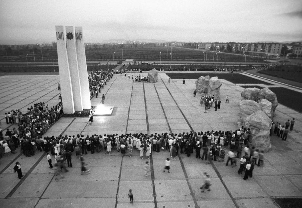 Absolwenci szkół w dzień balu maturalnego przy pomniku poświęconym żołnierzom, którzy zginęli podczas Wielkiej Wojny Ojczyźnianej