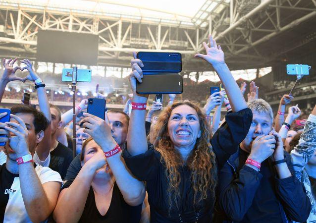Ludzie ze smartfonami na koncercie