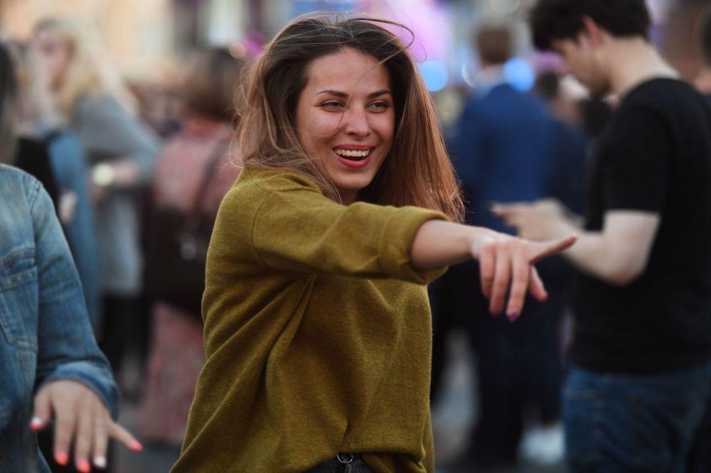 """Dziewczyna na Placu Dworcowym podczas koncertu w ramach festiwalu """"Szkarłatne żagle"""" w Petersburgu"""