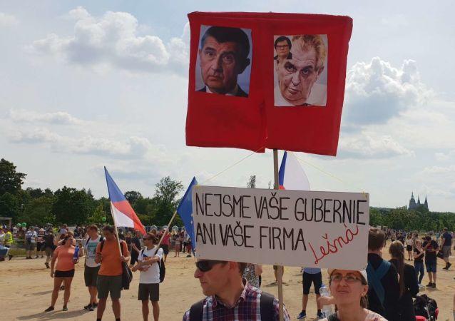 Plakat protestujących z napisem Nie jesteśmy waszą gubernią ani waszą fermą