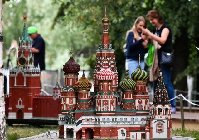 """Makieta Soboru Wasyla Błogosławionego (na pierwszym planie) i moskiewskiego Kremla na wystawie """"Rosja w miniaturze w parku Carycyno"""