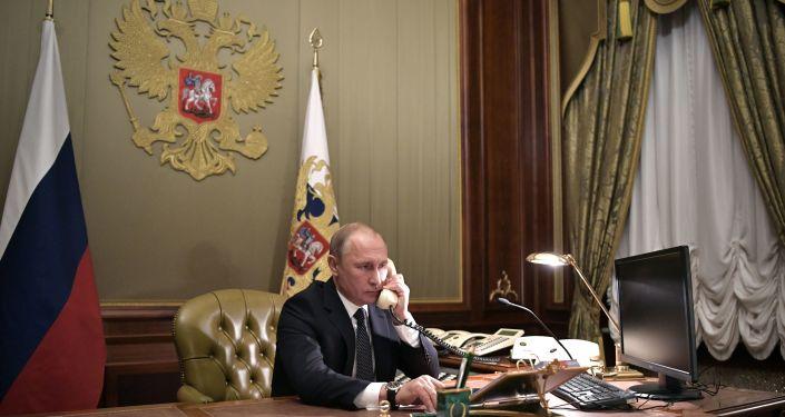 Władimir Putin rozmawia przez telefon