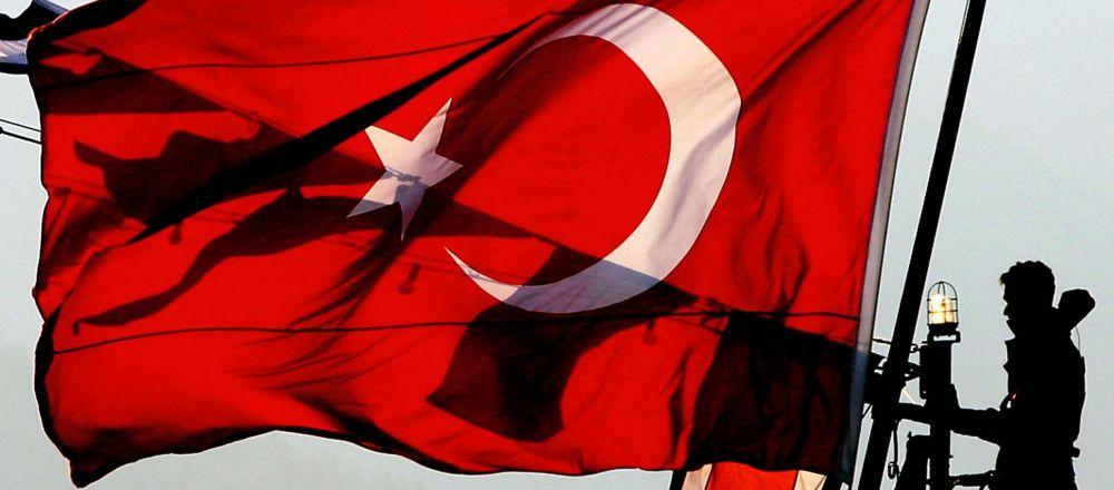 Turecka flaga w porcie Çanakkale
