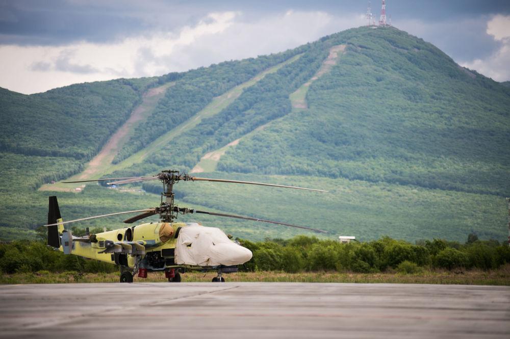 Śmigłowiec szturmowy Ка-52 Alligator na placu lotów próbnych w Kraju Nadmorskim