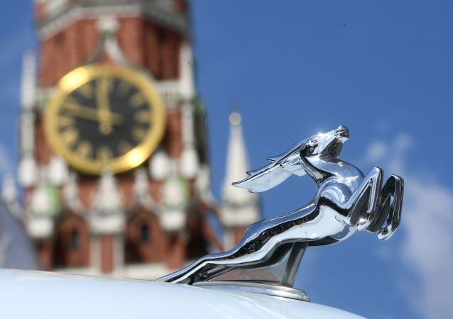 Emblemat samochodu Wołga przed startem na corocznym wyścigu pojazdów zabytkowych GUM-rajd w Moskwie