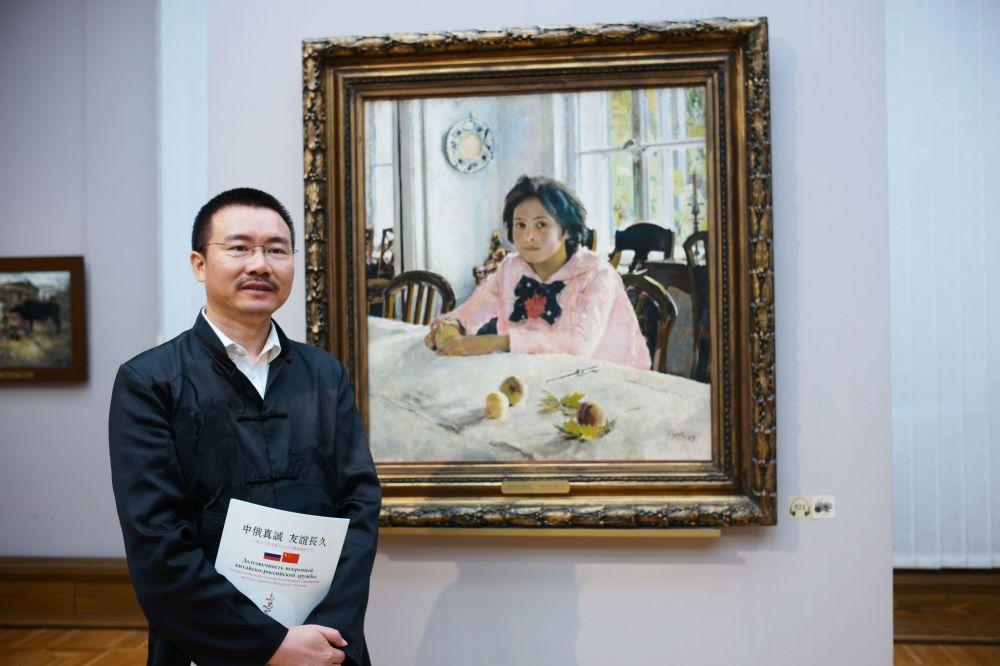 Turysta z Chin w Galerii Tretiakowskiej w Moskwie