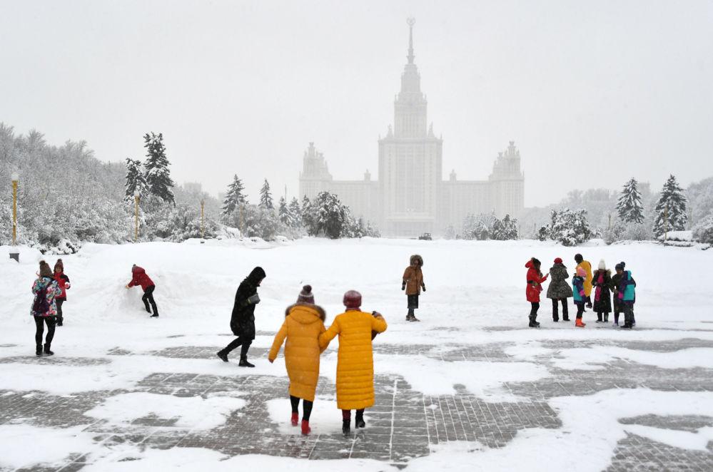 Turyści na punkcie widokowym na Wzgórzach Worobiowych w Moskwie