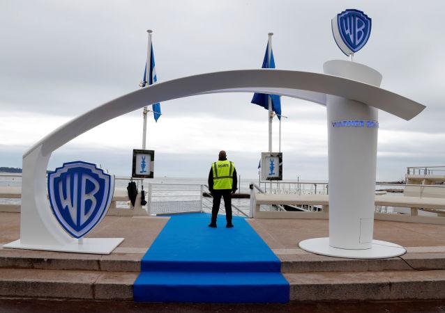 Logo firmy Warner Bros. w Cannes