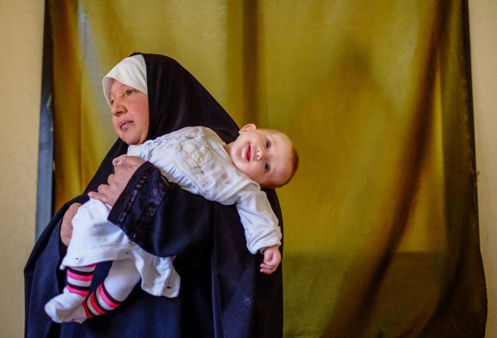 Kobieta z dzieckiem - uchodźcy z Syrii w północnym Libanie