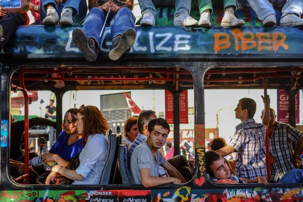 """Obywatele w """"rewolucyjnym autobusie"""" w Stambule"""
