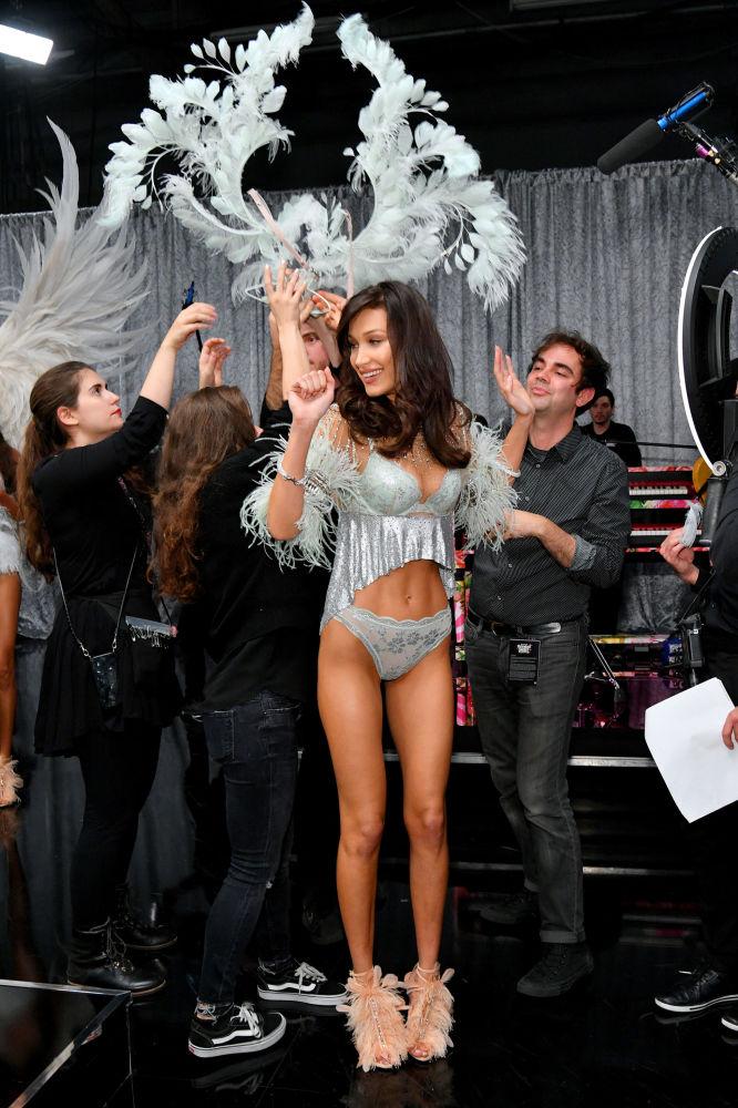 Modelka Bella Hadid za kulisami pokazu Victoria's Secret w Nowym Jorku
