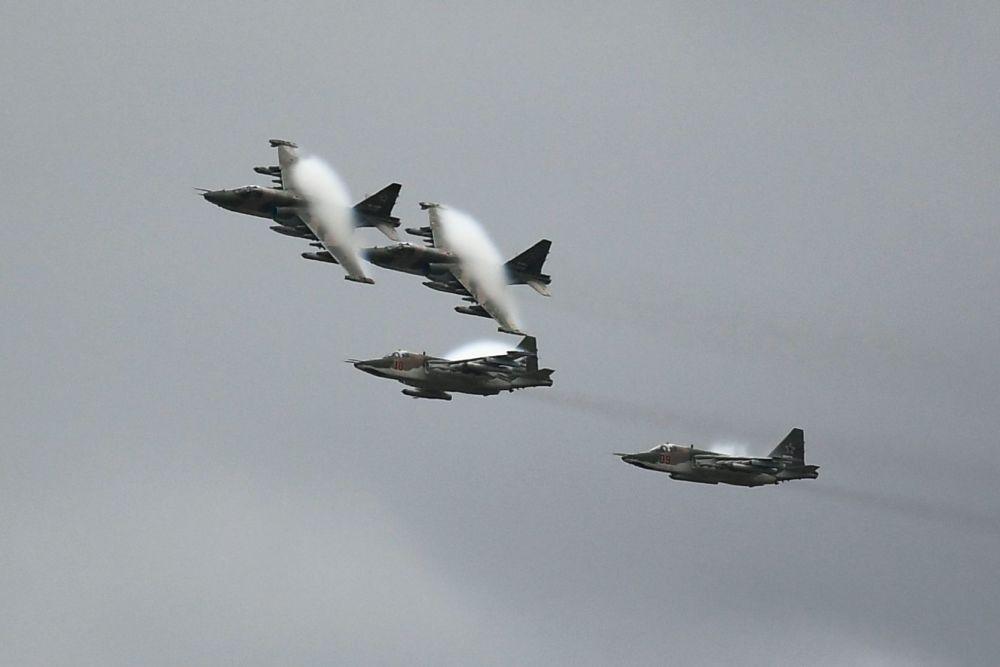 """Samoloty szturmowe Su-25 na ogólnorosyjskim etapie zawodów """"Aviadarts 2019"""" na poligonie lotniczym pod Riazaniem"""