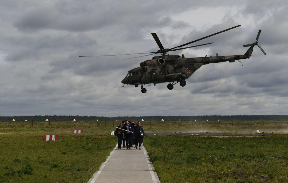 """Śmigłowiec Mi-8 na ogólnorosyjskim etapie zawodów """"Aviadarts 2019"""" na poligonie lotniczym pod Riazaniem"""