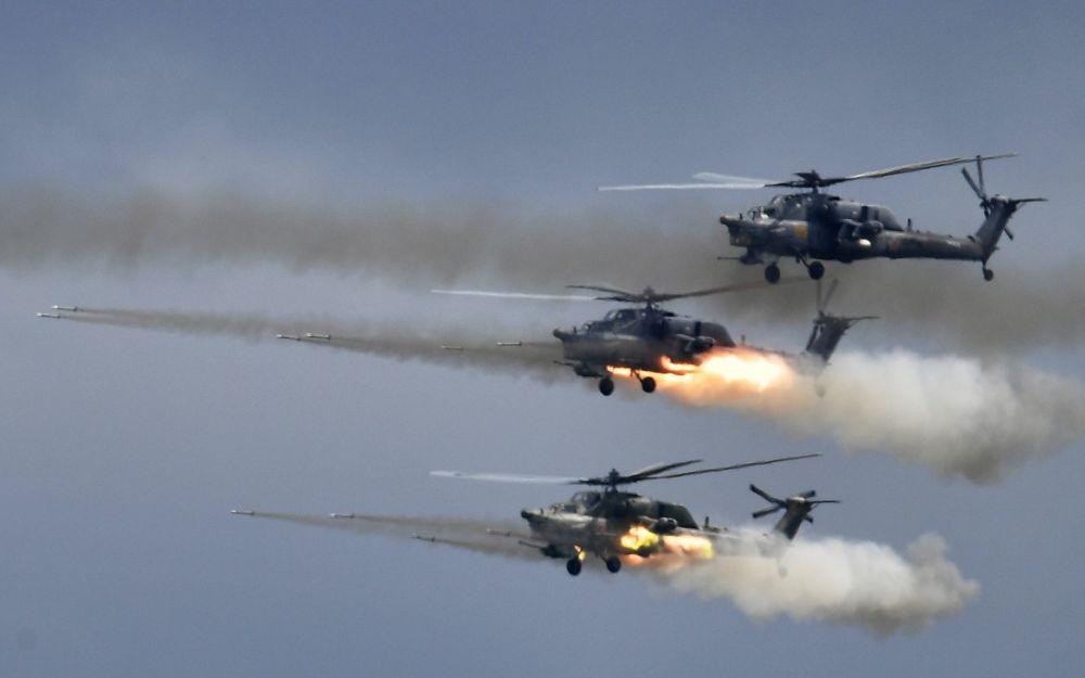 """Śmigłowce Mi-28 na ogólnorosyjskim etapie zawodów """"Aviadarts 2019"""" na poligonie lotniczym pod Riazaniem"""