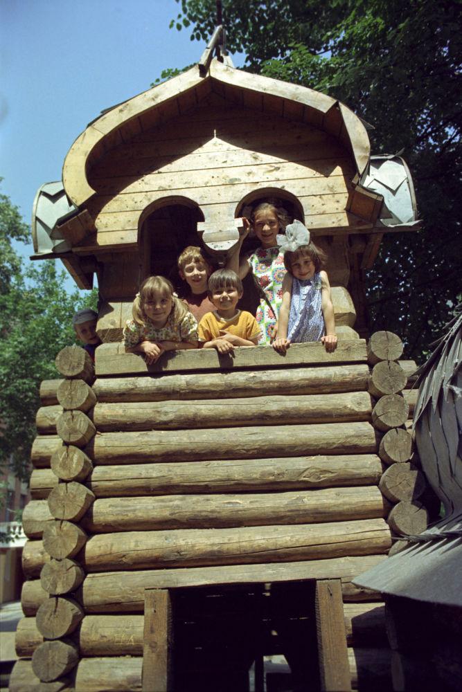 Dzieci na placu zabaw w Moskwie, 1975 rok