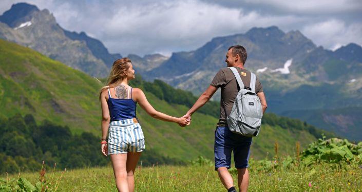 Spacerujący turyści w Reliktowym Parku Narodowym w Abchazji