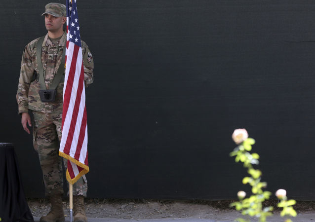 Amerykański żołnierz z flagą USA w Kabulu