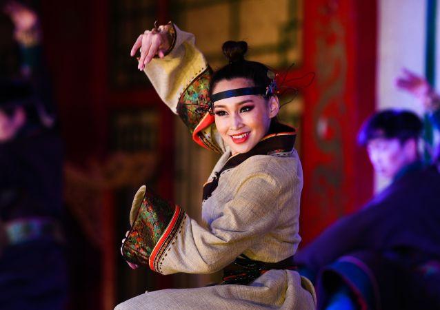 Wystąpienie artystki w teatrze tradycyjnych pieśni i tańców Tumen Ekh w Mongolii