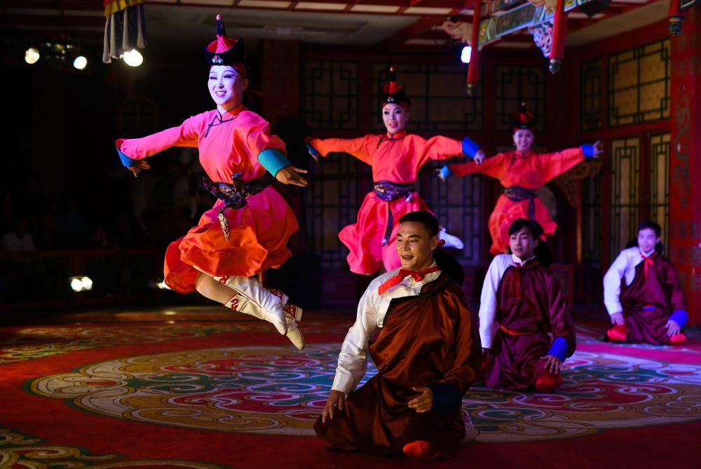 Wystąpienie artystów w teatrze tradycyjnych pieśni i tańców Tumen Ekh