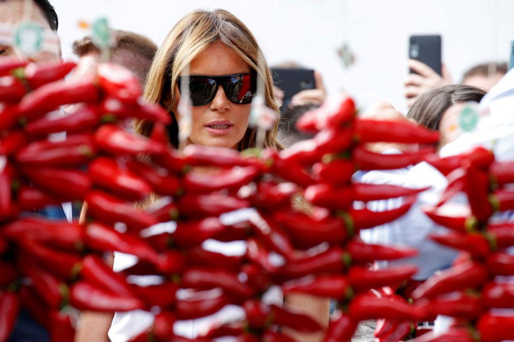 Melania Trump ogląda papryki podczas wizyty we francuskiej gminie Espelette