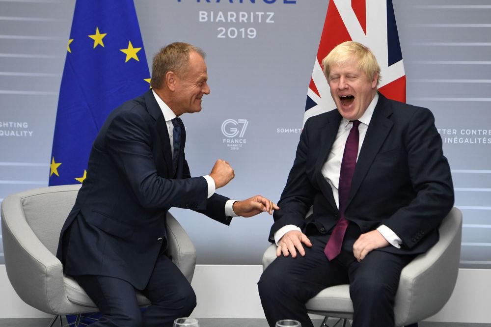 Donald Tusk i Boris Johnson na szczycie G7 we Francji