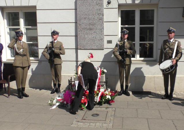 Złożenie wieńców przy byłym sztabie AL na ulicy Freta, Warszawa