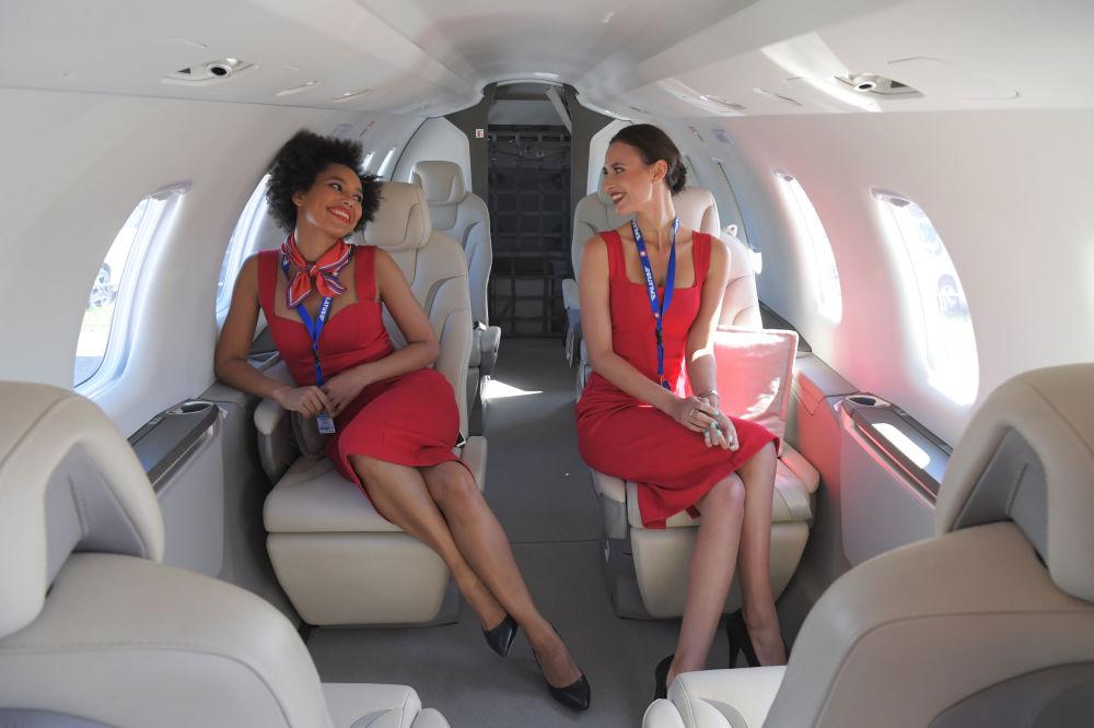 Dziewczyny na pokładzie samolotu Pilatus PC-24 podczas Salonu Lotniczego i Kosmicznego MAKS 2019