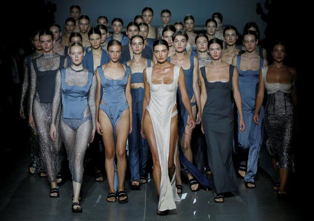 Modelki prezentują kolekcję ukraińskiej projektantki mody Elwiry Gasanowej podczas Ukraińskiego Tygodnia Mody w Kijowie