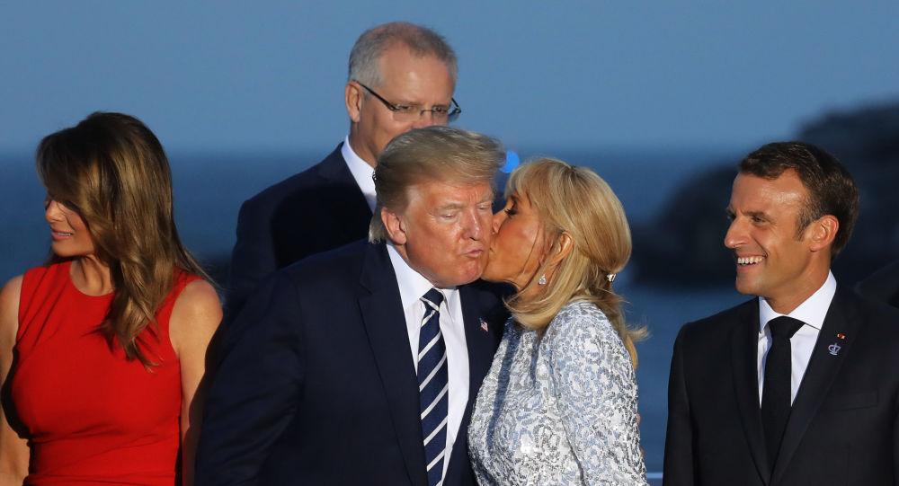Żona prezydenta Francji Brigitte Macron całuje Donalda Trumpa podczas szczytu G7 we Francji