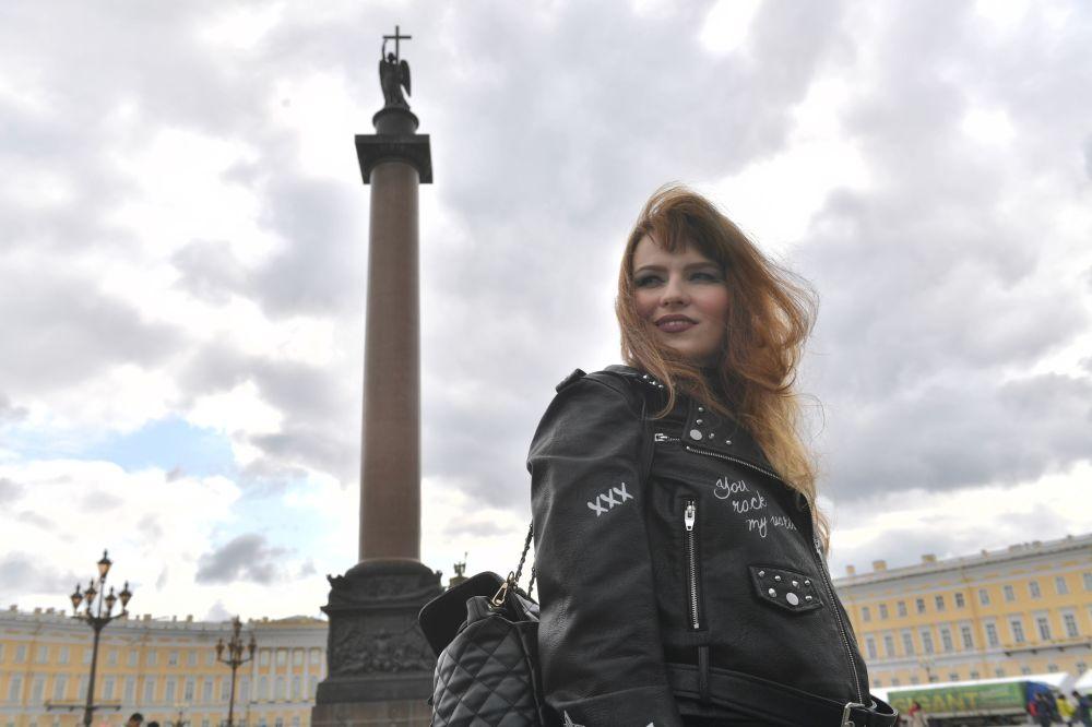 Uczestniczka parady motocyklowej na festiwalu motocykli Harley Days w Petersburgu